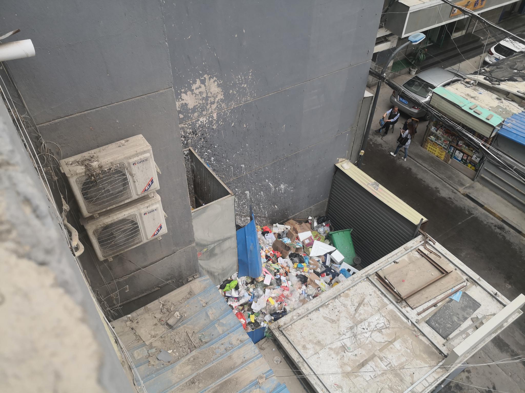 贡元巷垃圾堆到了二楼 居民渴望洁净的生活环境