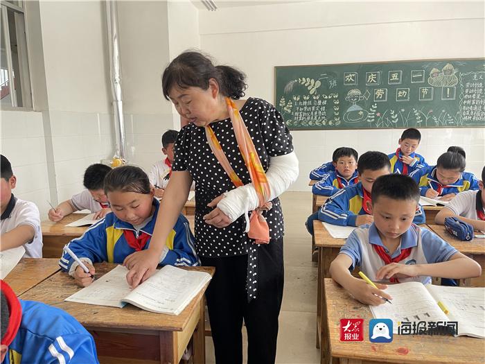 菏泽一老教师骨折后仍坚持上课:要凭良心为学生