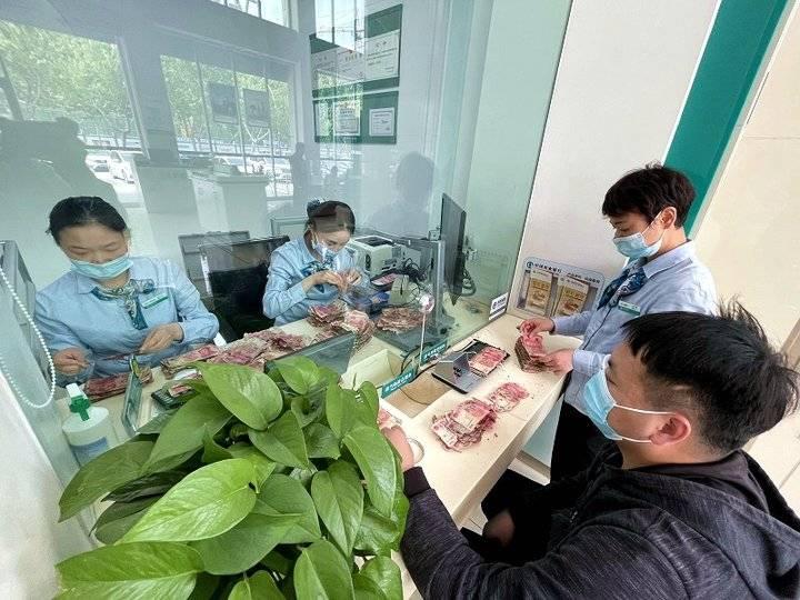 农行济南济阳支行员工奋战4小时为客户兑换残币11.2万元