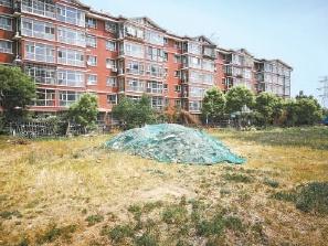 通州张各庄村佳园小区:外来垃圾堆居民楼前 盼清理