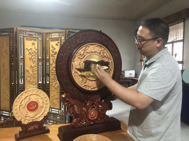 浙江东阳一木雕匠人创作建党百年纪念牌