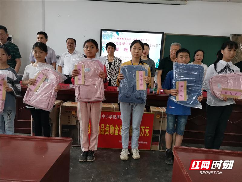 """""""关爱留守儿童 助力教育扶贫""""捐赠活动在嘉禾开展"""