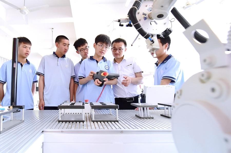 制造业招工遇冷、互联网等新兴产业就业火热 专家:新时代的职业教育应该被重视