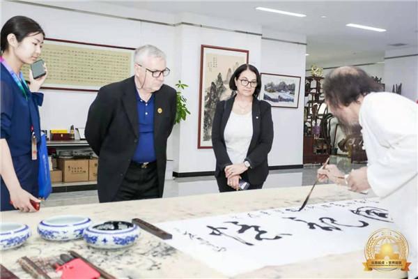 百余名全球驻华使节参观黄土画派美术馆