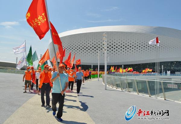添彩世中运 开展桑榆志愿服务 晋江市7000余名老年人健身万步走