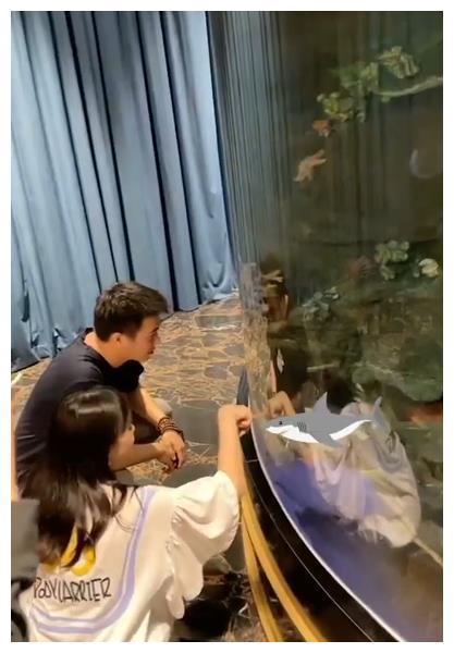 奚梦瑶挺孕肚营业,何猷君约美女一起赏鱼,两人蹲着聊天心情愉悦