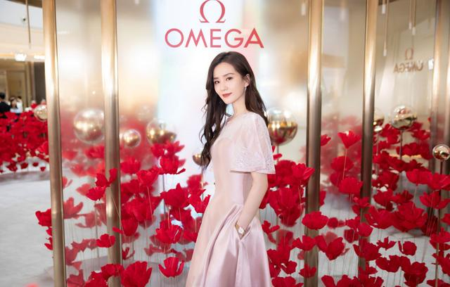 刘诗诗出席成都欧米茄腕表活动,粉色长裙温婉恬淡,甜美度爆棚