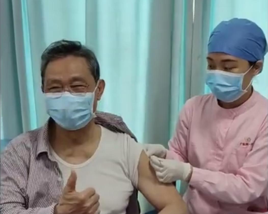 钟南山院士接种新冠疫苗,竖起大拇指!
