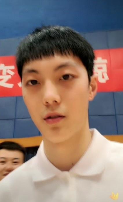 轩妈与网友互动时透露:胡明轩现在单身 他的黑眼圈眼袋是遗传