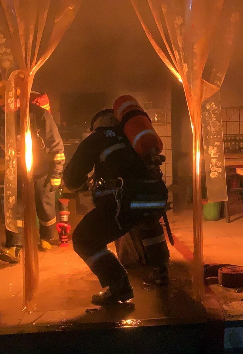 """液化气罐熊熊燃烧!消防员打湿手套从大火中抢出""""定时炸弹"""""""