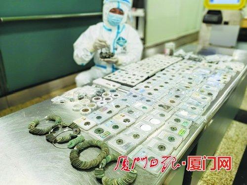 厦门:行李箱藏1431枚古钱币 过海关时被查扣