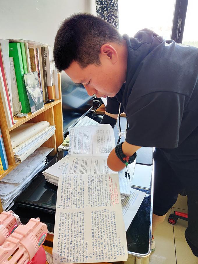 """38岁无手""""斜杠青年""""考上研究生:为中国画而战斗"""