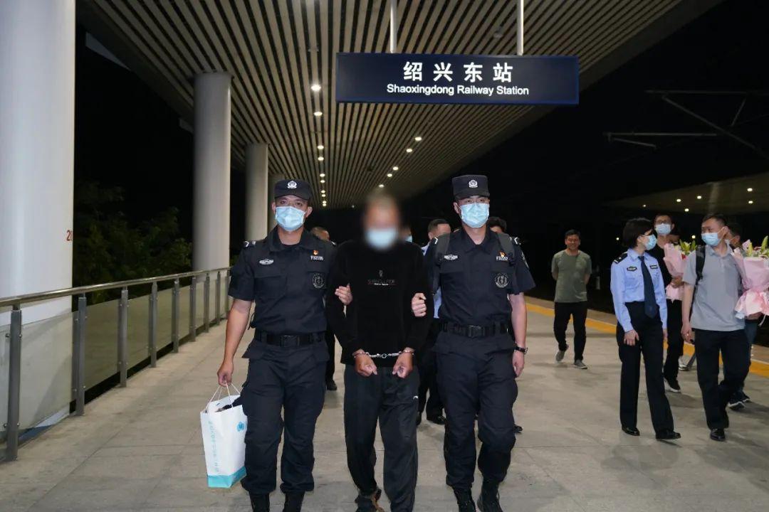 绍兴东站 民警押解一名男子下车 19年前他曾在百官杀人