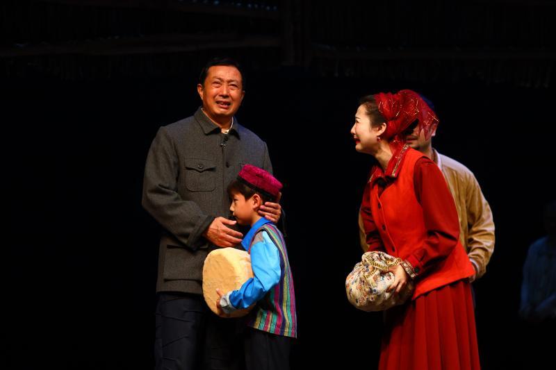 话剧《金色的胡杨》:新疆最美村官在贫瘠的土地写下赤诚