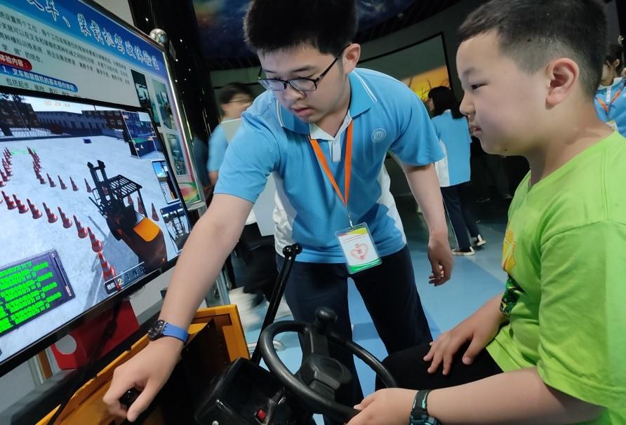 体验集装箱装卸模拟课程,700多名上海市中小学生听劳模讲微党课