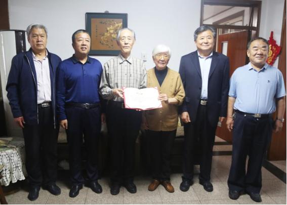 山东退休老干部向山东外事职业大学捐赠2000余册图书