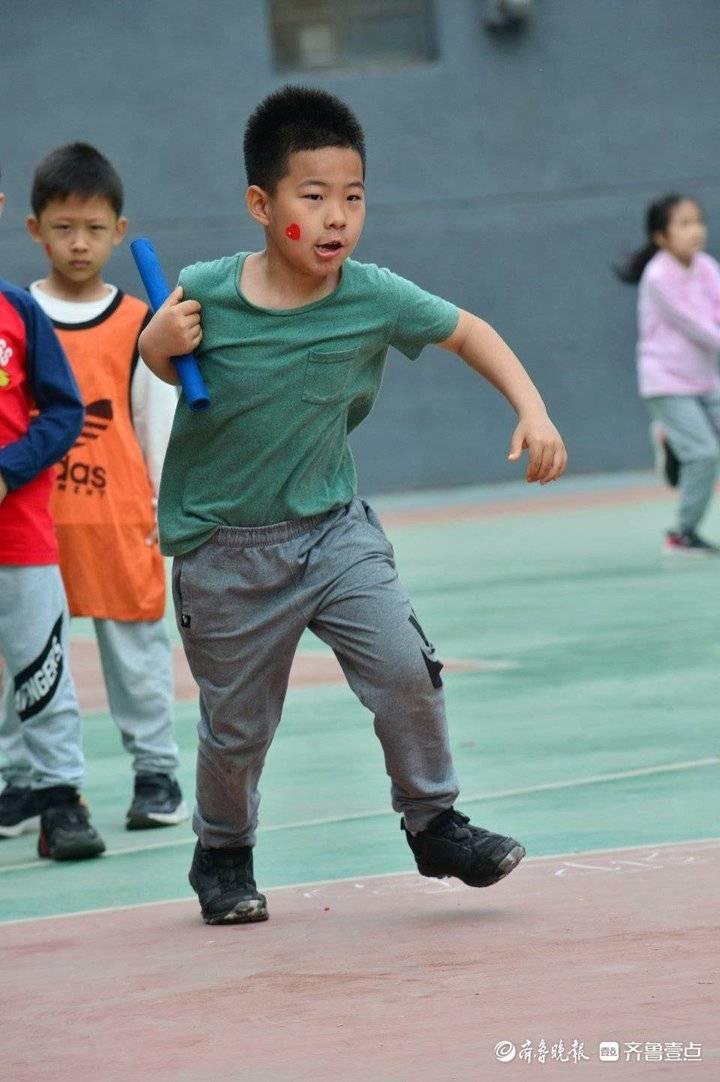 小马过河、接力赛、跳绳...小学生趣味运动会上显身手