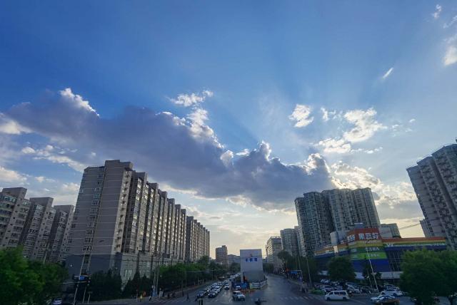 今日北京天朗气清,云卷云舒