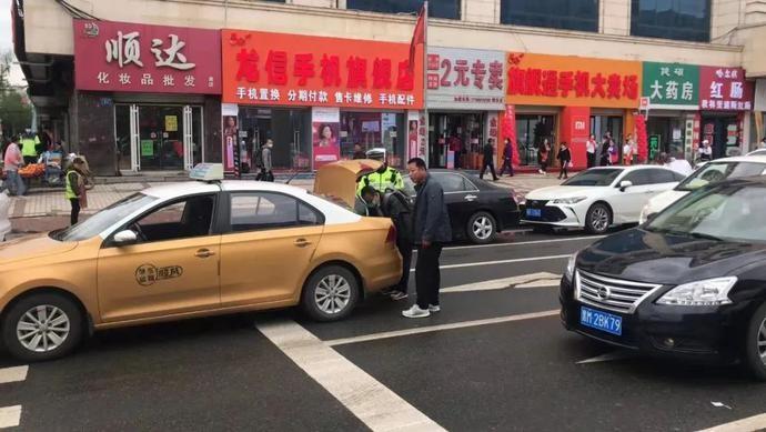 肇东融媒 |【我为群众办实事】乘客手提包遗落出租车 交警施援手迅速帮找回