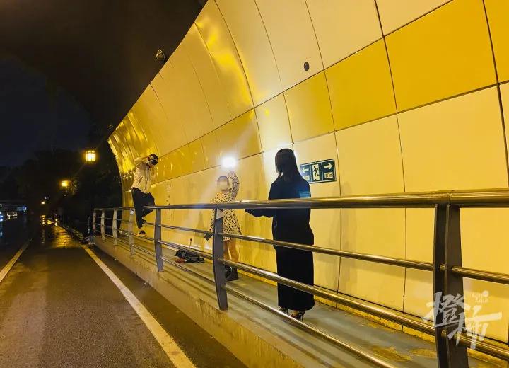 杭州万松岭隧道有人不分白天黑夜来拍婚纱照 太危险!