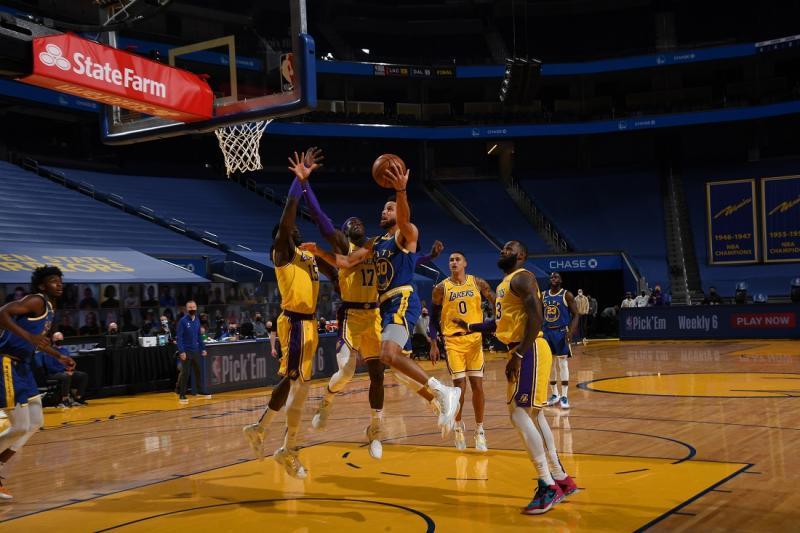 NBA | 这是季后赛附加赛毒奶?詹姆斯称赞库里就是MVP