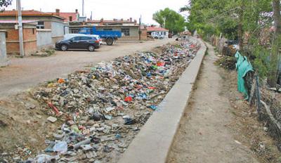 身边事:防洪渠有大量垃圾积存 自动售货机卖香烟