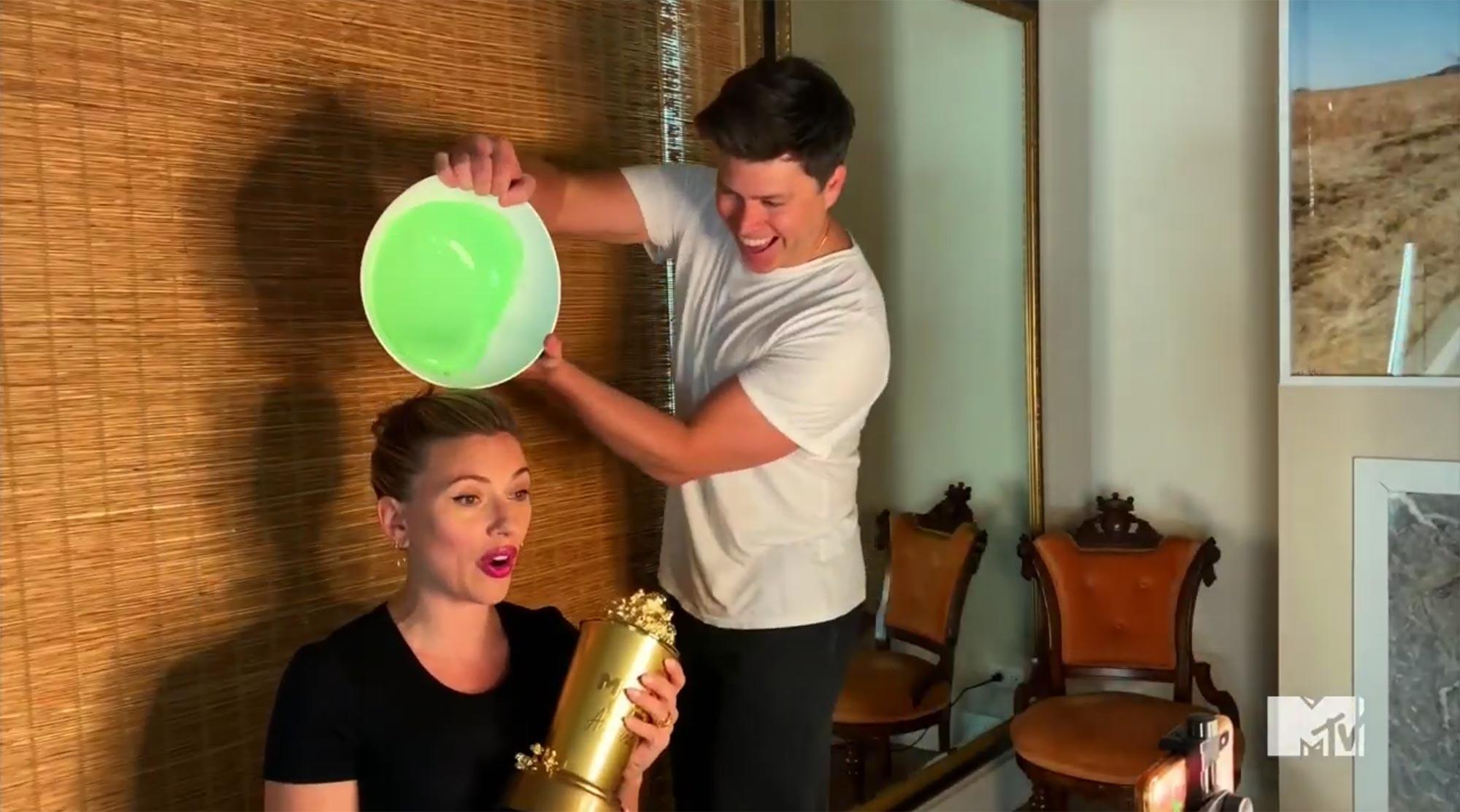 斯嘉丽·约翰逊获MTV世代大奖,却被丈夫泼绿胶