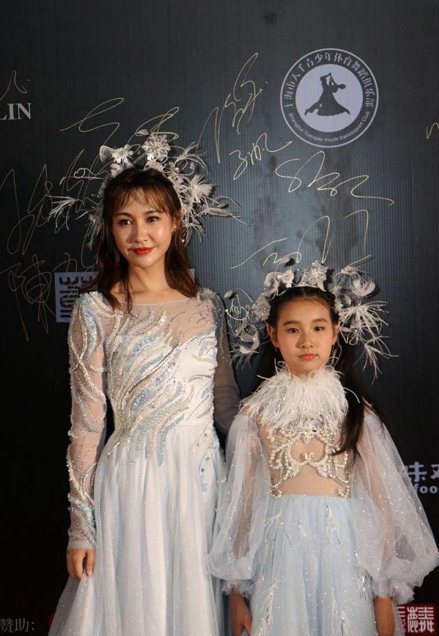 杨雪携女儿走秀的现场照,脸出油肤色蜡黄,已经下垂有了老态!