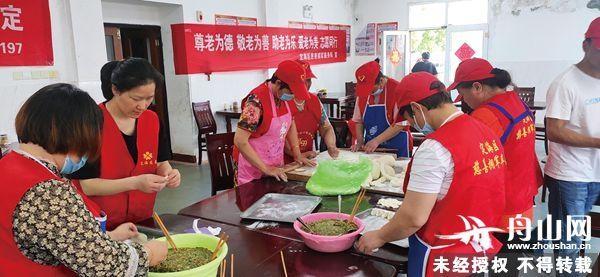 志愿者在行动丨新居民志愿者到各养老院巡回献爱心 让老人吃上热腾腾孝心饺