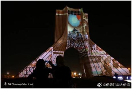 伊朗驻华大使馆微博发文:德黑兰自由纪念塔为巴勒斯坦点亮