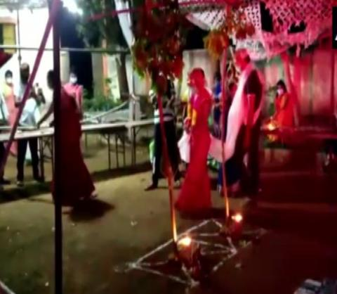 印度一对新人感染新冠仍结婚 多位病人来捧场(图)
