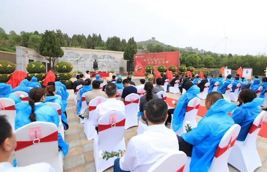 洛阳市凤凰山生态纪念园举行老战士雕塑揭像仪式