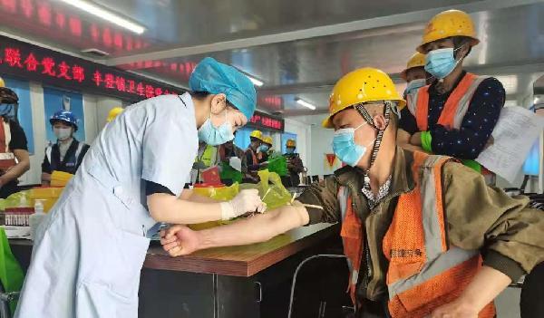 医护人员在为农民工抽血化验