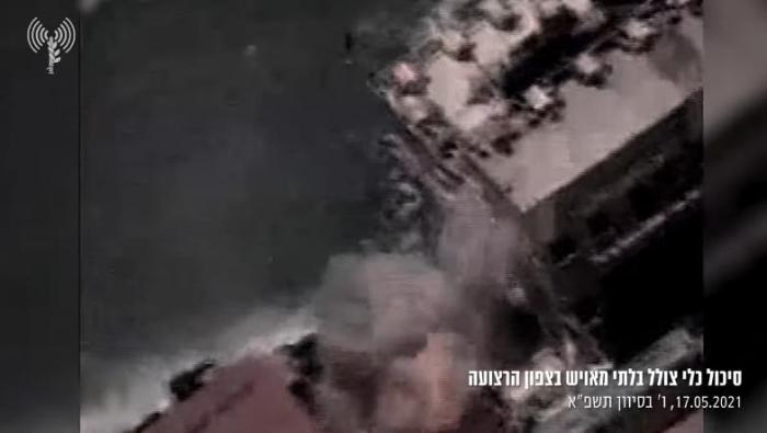 以军袭击加沙地带哈马斯一艘潜艇 轰炸瞬间燃起大火