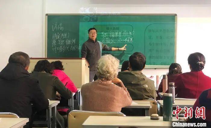 资料图:老人在长春中医药大学老年课堂上课。 郭佳 摄