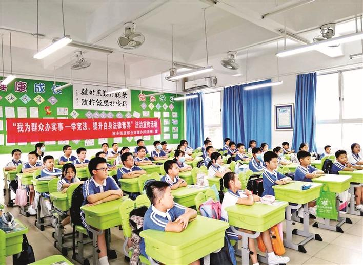 西乡青少年学宪法