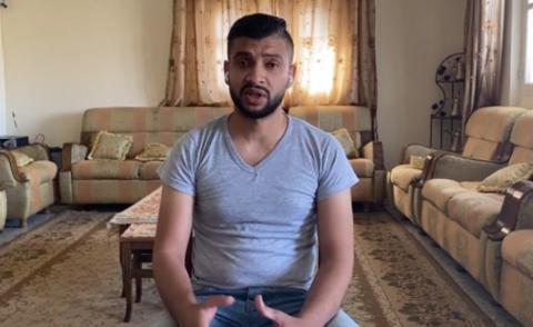 加沙男子家中突遇空袭 慌忙带孕妻和女儿逃离