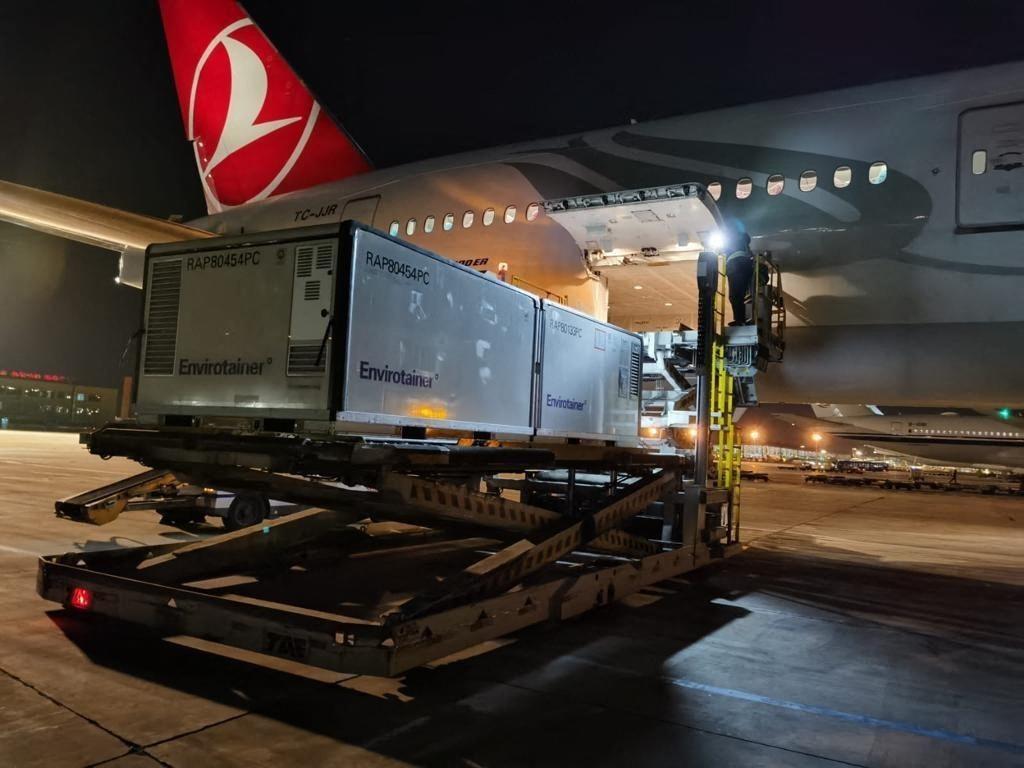 去年由土耳其航空公司的飞机装运中国的新冠疫苗 图自澎湃影像