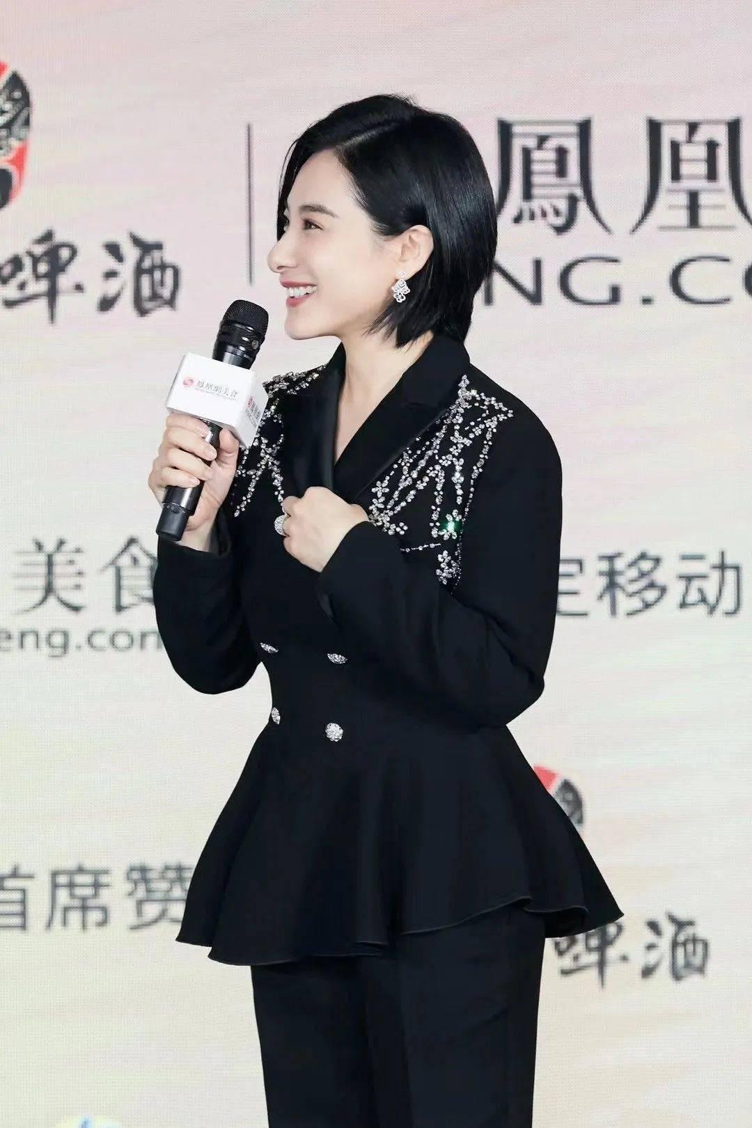 刘璇153的身高穿西装,全靠厚底鞋拯救她,看整体真的又矮又土!