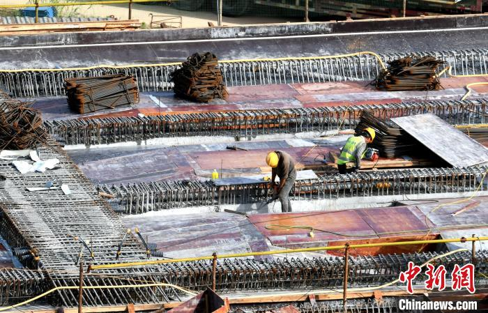 工人在铺设钢筋。王东明 摄