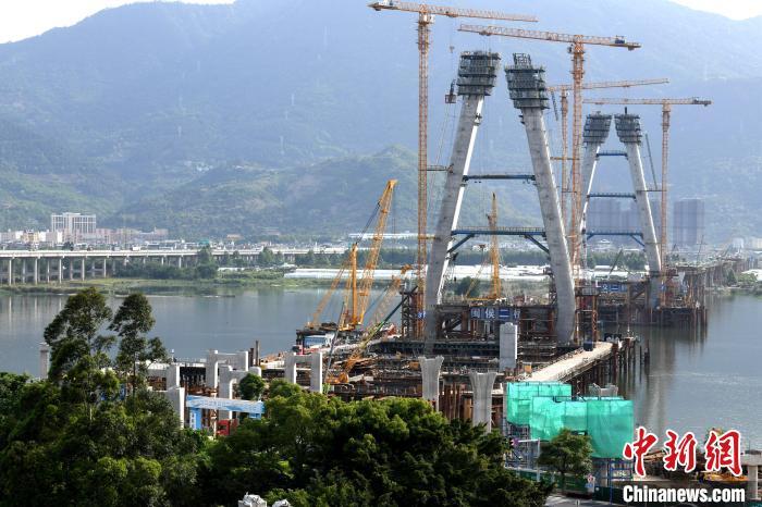 工人在主桥索塔高处功课。王东明 摄