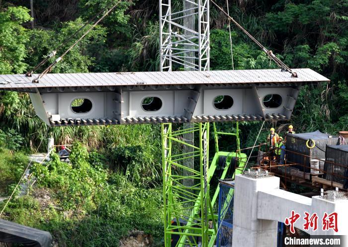 工人吊装钢架桥体装备。王东明 摄