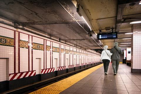 亚裔女子在美搭地铁时突遭暴力抢劫 脸被嫌犯打肿