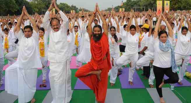"""印度瑜伽大师称""""现代医学愚蠢"""" 医学界怒了"""