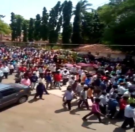 印度数百民众参加一匹马的葬礼:无视疫情 现场人挤人