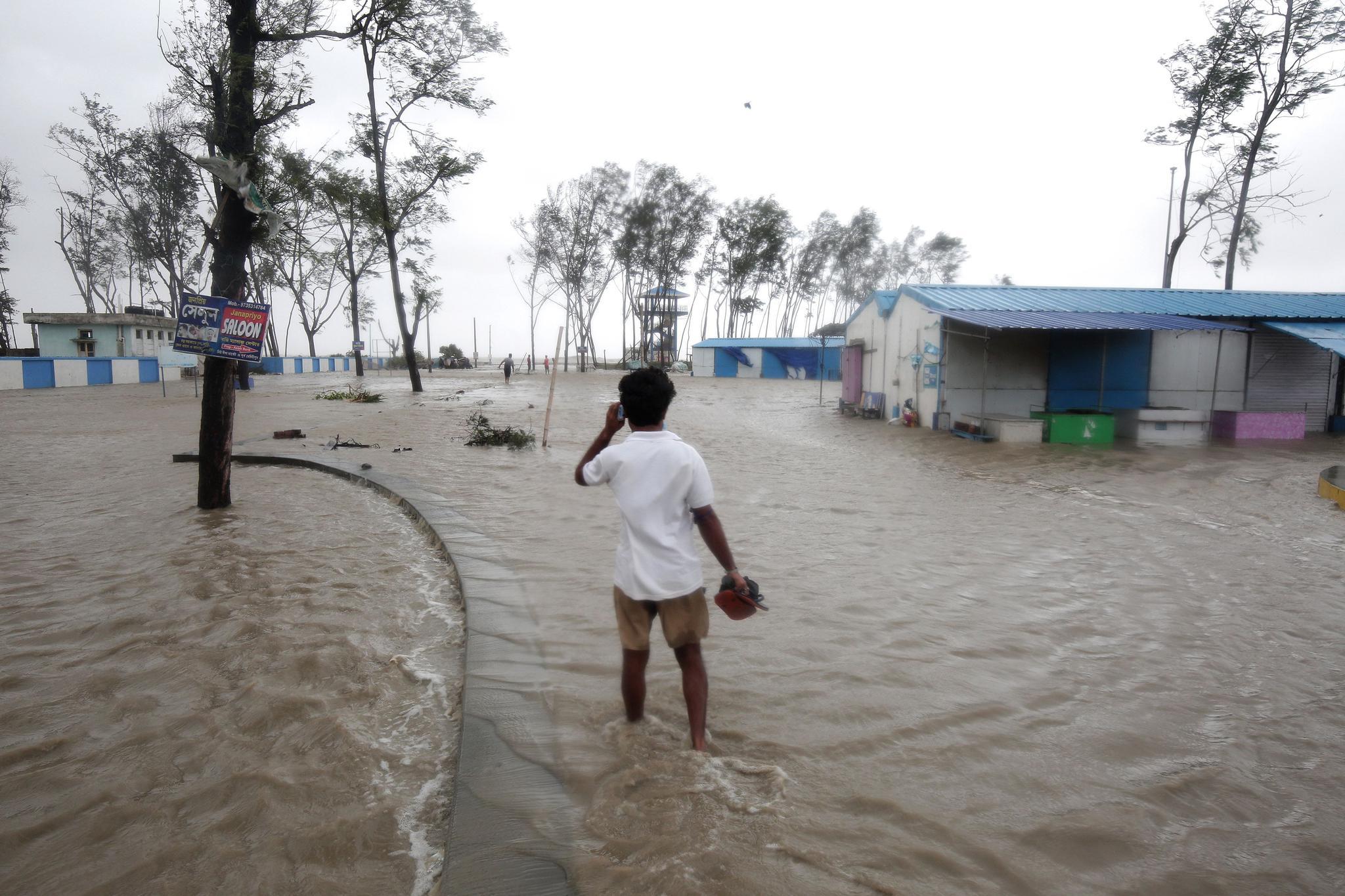 """热带气旋""""亚斯""""登陆印度 至少5万人无家可归"""