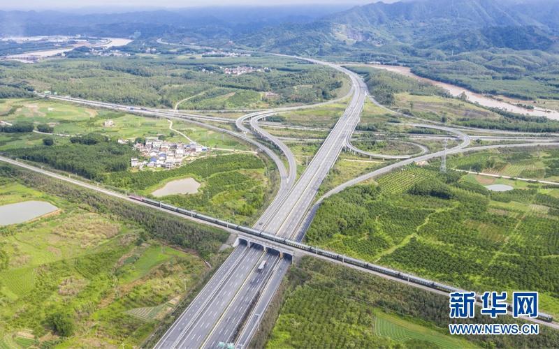 项目自开通以来,进出口车流量逐年上升,对当地企业人流物流运输和经济发展产生一定的促进作用。新华网 李庆招/文 林晓蕾/摄