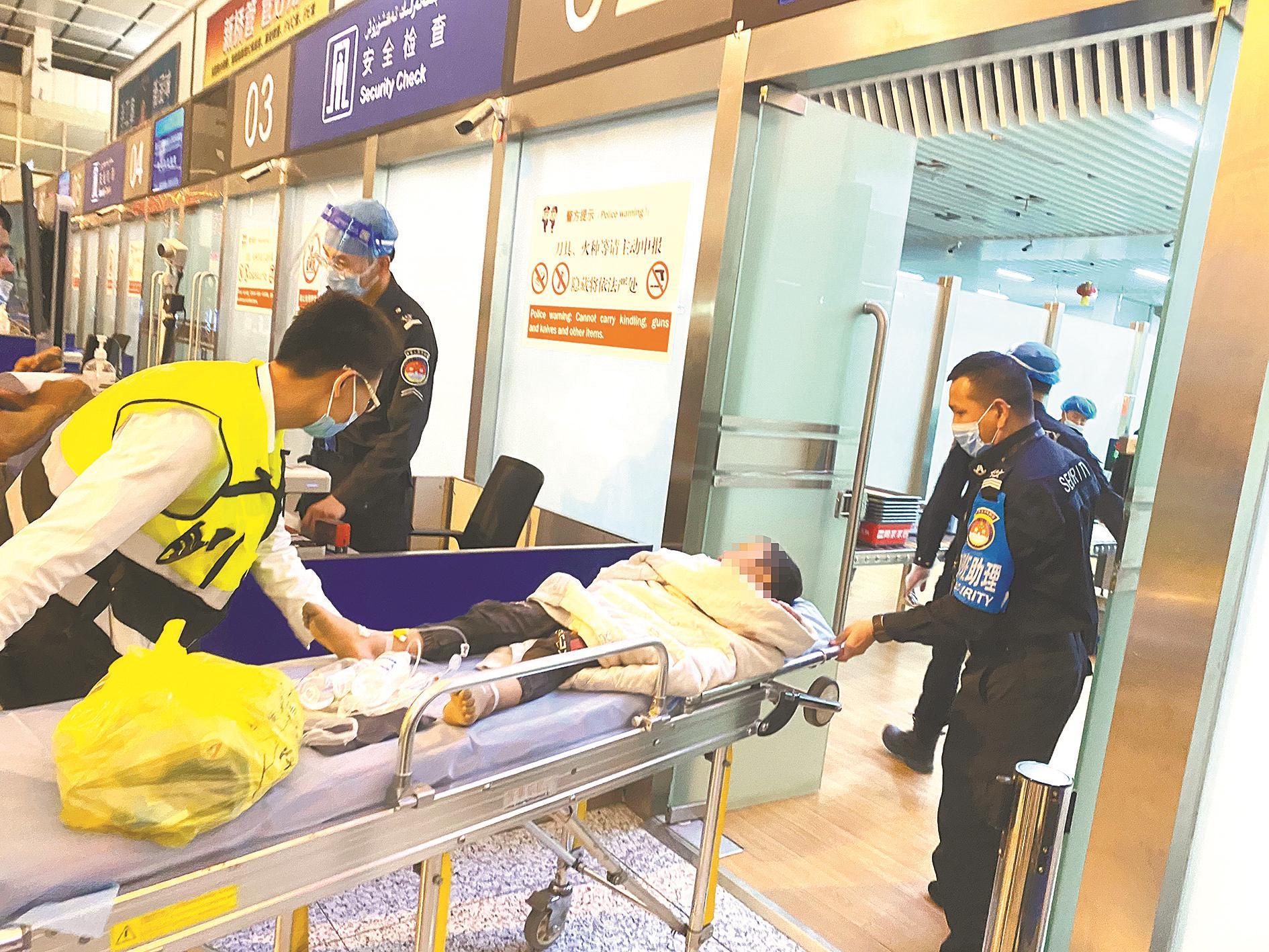 为送新疆断臂男孩紧急就医 末班航班临飞前返回廊桥再开舱门