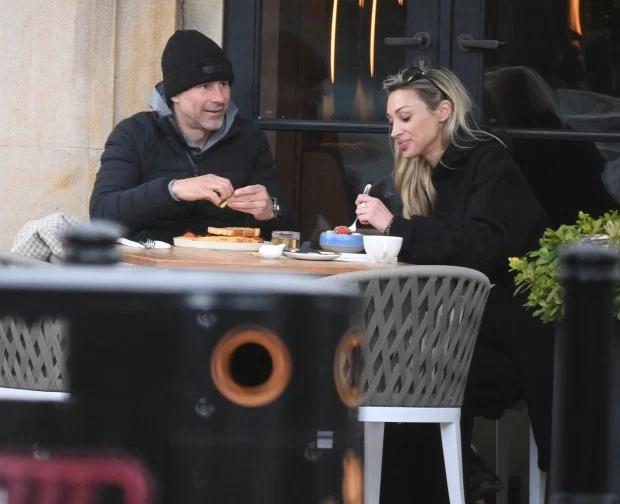 太阳报:吉格斯被指控并出庭后首次露面,与新情人共进早餐