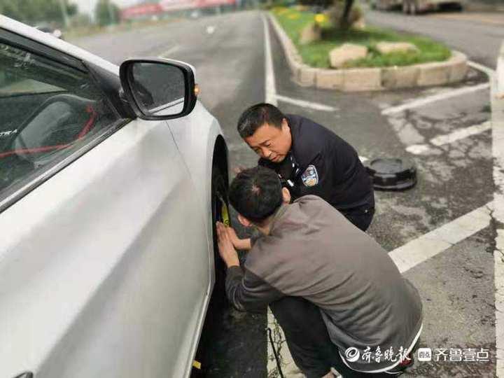 出警返回途中遇私家车爆胎,民警撸起袖子帮车主换轮胎
